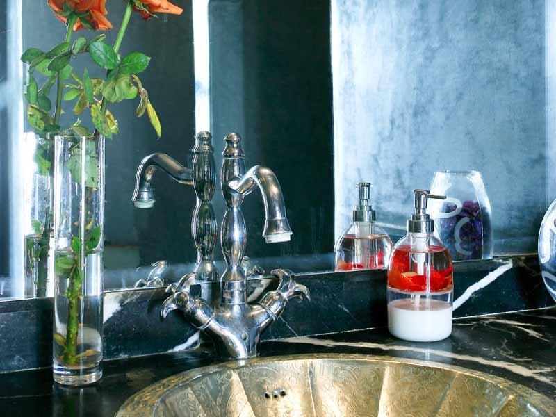Riad des arts book riad des arts riad in marrakech - Salle de bains grise ...